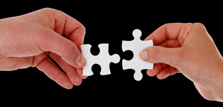 Metáfora sobre la figura del coordinador parental manejando las piezas como en un puzzle