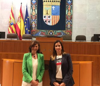 Lucía del Prado con el Coordinador Parental en las Cortes de Aragón